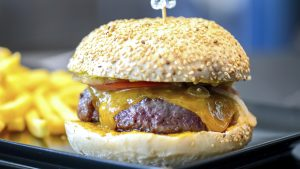 hamburguesa-carnevacuno-quesocheddar-bacón-tomate-cebolla-jalapeños