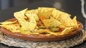 nachos-pollo-bacon-queso-maíz-frijoles-jalapeños-guacamole-picodegallo