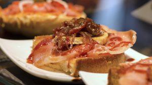tostada-queso-tomate-cebollacaramelizada