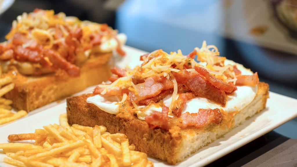 tostada-bacon-huevos-queso-patatas